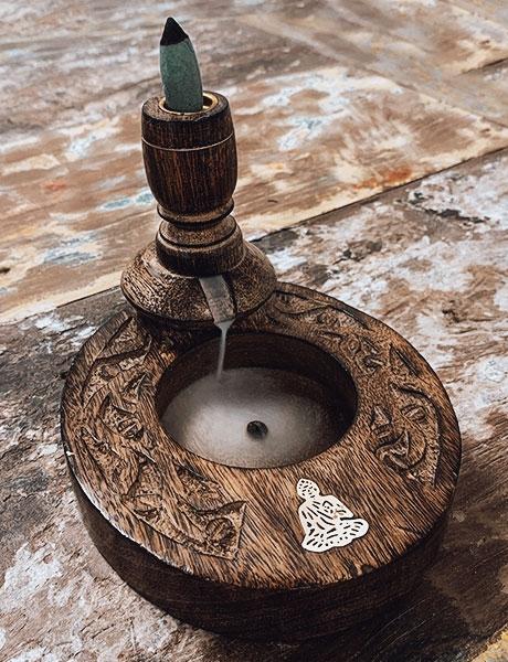Drewniany kominek Backflow - Budda (podstawka)